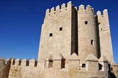 Calahorra står hög i Cordoba, Spanien Arkivfoton