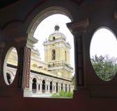Torre de la catedral a través del arco de la ventana Foto de archivo
