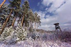 Torre de la caza cerca del borde del bosque en invierno Imagen de archivo