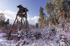Torre de la caza cerca del borde del bosque en invierno Imagenes de archivo