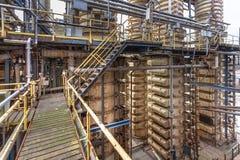Torre de la condensación en una planta del carbonato sódico Foto de archivo