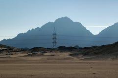 Torre de la electricidad en el desierto de Egipto Imagenes de archivo