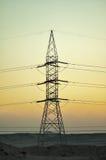 Torre de la electricidad en el desierto de Egipto en la oscuridad Foto de archivo