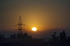 Torre de la electricidad en el desierto de Egipto en la oscuridad Fotos de archivo libres de regalías