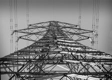 Torre de la energía eléctrica en blanco y negro imagen de archivo