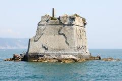Torre de la escuela en la isla de Palmaria cerca de Portovenere Foto de archivo libre de regalías