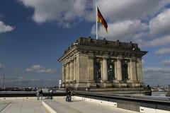 Torre de la esquina del Reichstag con la bandera alemana, Berlín Imagen de archivo