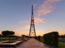 Torre de la estación de radio en Gliwice, Polonia en puesta del sol Imagen de archivo