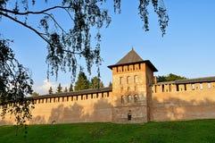 Torre de la fortaleza de Veliky Novgorod el Kremlin en puesta del sol coloreada del verano en Veliky Novgorod, Rusia Imagen de archivo libre de regalías