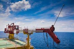Torre de la grúa de la plataforma de petróleo y gas fotografía de archivo