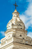 Torre de la iglesia de Santo Domingo en Quito colonial foto de archivo libre de regalías