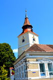 Torre de la iglesia sajona fortificada en el pueblo Sanpetru, Transilvania Foto de archivo libre de regalías