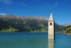 Torre de la iglesia sunken en el lago Resia, Italia Fotografía de archivo