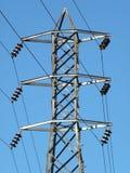 Torre de la línea eléctrica y cielo azul Fotografía de archivo libre de regalías