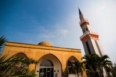 Torre de la mezquita en el día de la sol Imagenes de archivo