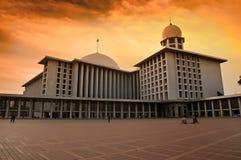 Torre de la mezquita y el cielo de oro Fotos de archivo libres de regalías