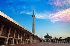 Torre de la mezquita y el cielo hermoso Imágenes de archivo libres de regalías