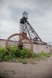 Torre de la mina de carbón en el cielo azul Imagen de archivo