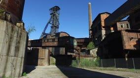 Torre de la mina de carbón en la planta metalúrgica vieja almacen de video