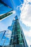 Torre de la Moscú-ciudad contra el cielo con las nubes Rusia, Moscú fotografía de archivo