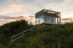 Torre de la observación de pájaros en reserva de naturaleza de Ora en Fredrikstad, Noruega Foto de archivo