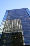 Torre de la oficina con la reflexión foto de archivo