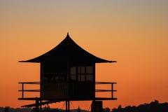 Torre de la patrulla del salvavidas en la playa en la puesta del sol, Gold Coast foto de archivo libre de regalías