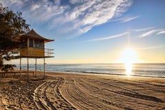 Torre de la patrulla del salvavidas en la salida del sol fotos de archivo libres de regalías