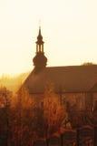Torre de la pequeña iglesia del ladrillo Lugar de culto Imagen de archivo