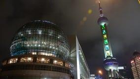 Torre de la perla TV de Shangai Oriente en la noche almacen de metraje de vídeo