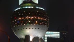 Torre de la perla TV de Shangai Oriente en la noche metrajes