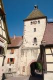 Torre de la puerta y de iglesia Imagen de archivo