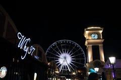 Torre de la rueda y de reloj de la observación en escena de la noche de Asiatique foto de archivo libre de regalías