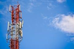 Torre de la señal del teléfono móvil Imagenes de archivo