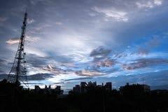 Torre de la señal en el cielo y la nube Foto de archivo