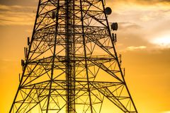 Torre de la señal en puesta del sol Fotos de archivo