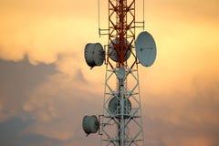 Torre de la señal de las telecomunicaciones en puesta del sol imágenes de archivo libres de regalías