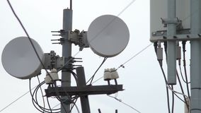 Torre de la telecomunicación Torre de comunicaciones de la antena de los medios de la torre Industrias de ingeniería eléctrica De almacen de metraje de vídeo
