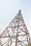 Torre de la telecomunicación con las antenas Imagenes de archivo