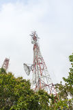 Torre de la telecomunicación con las antenas Foto de archivo