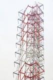 Torre de la telecomunicación con las antenas Foto de archivo libre de regalías