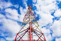 Torre de la telecomunicación con las antenas del panel y las antenas de radio y antenas parabólicas para las comunicaciones móvil imágenes de archivo libres de regalías