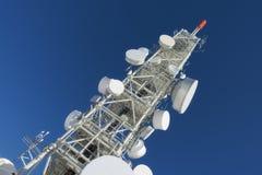 Torre de la telecomunicación con las antenas de plato Foto de archivo libre de regalías