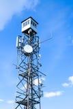 Torre de la telecomunicación contra el cielo azul Fotos de archivo libres de regalías