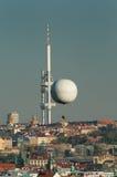 Torre de la telecomunicación de la ciudad Imagen de archivo libre de regalías