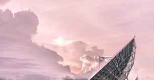 Torre de la telecomunicación después de la puesta del sol Imagenes de archivo