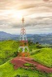 Torre de la telecomunicación en el centro del camino del backgrou de la montaña Imagen de archivo
