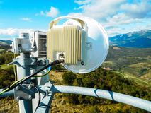 Torre de la telecomunicación de la estación base de la red de teléfono móvil con la antena celular elegante fotos de archivo libres de regalías
