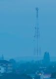 Torre de la telecomunicación por mañana Foto de archivo libre de regalías