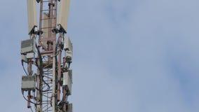 Torre de la telecomunicación Teléfono poste Torre de la telecomunicación con las antenas de la comunicación celular en el cielo almacen de video